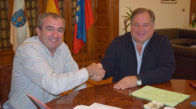 El alcalde de Navia de Suarna, Pepe Fernández (d), y el presidente de la Diputación de Lugo, Darío Campos (i)
