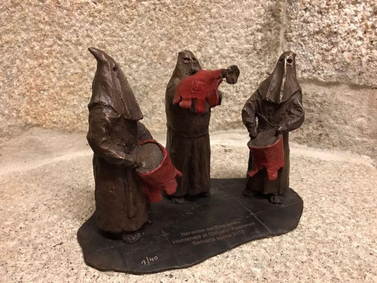 Una reproducción en miniatura de la estatua en bronce que la Xunta de Cofradías de Semana Sanata regaló al Concello y que se estrenará el ocho de Abril.