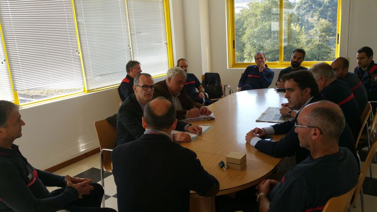 El alcalde, Jesús Vázquez durante una reunión con el cuerpo de bomberos
