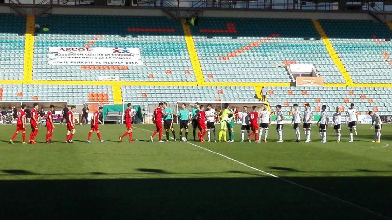 Los jugadores y el trío arbitral, minutos antes de que comenzara el partido.