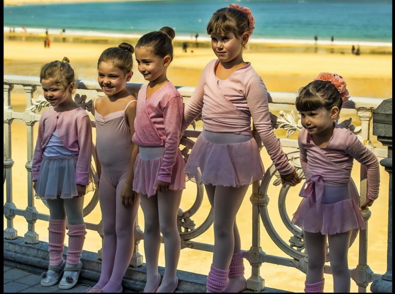 Imagen de algunas niñas participando en la tradicional exhibición de ballet en la barandilla de La Concha.