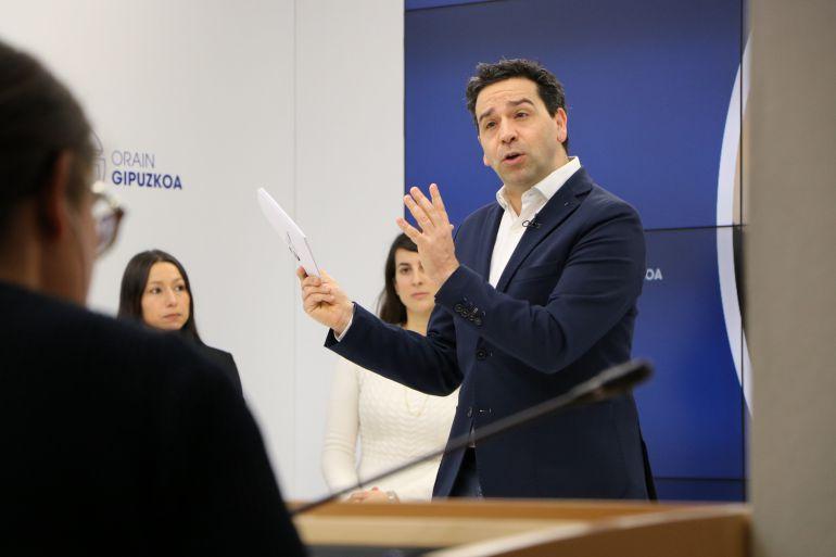 El portavoz de la Diputación, Imanol Lasa, durante la presentación del nuevo plan de internacionalización de la institución.