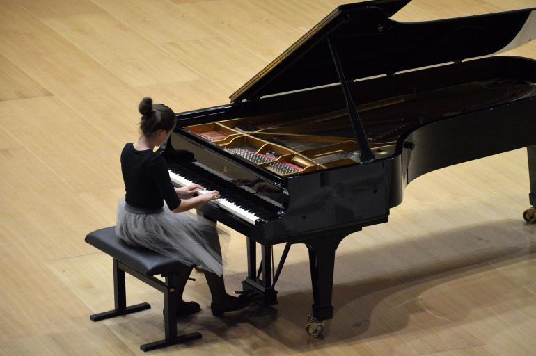 Imagen de una chica en el Concurso Internacional de Piano Ciudad de San Sebastián.
