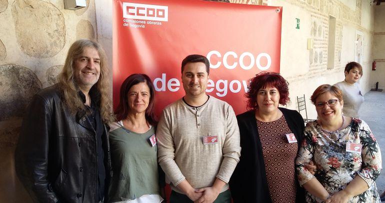 El nuevo secretario general de CCOO Alex Blázquez (C) acompañado por algunos de los miembros de su ejecutiva.
