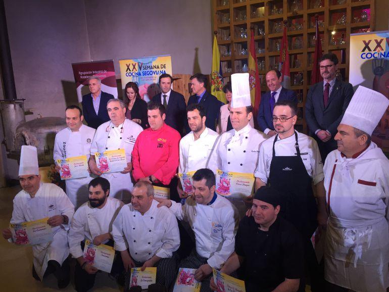 Los cocineros de los doce establecimientos participantes posan junto a las autoridades presnetes en la inauguración.