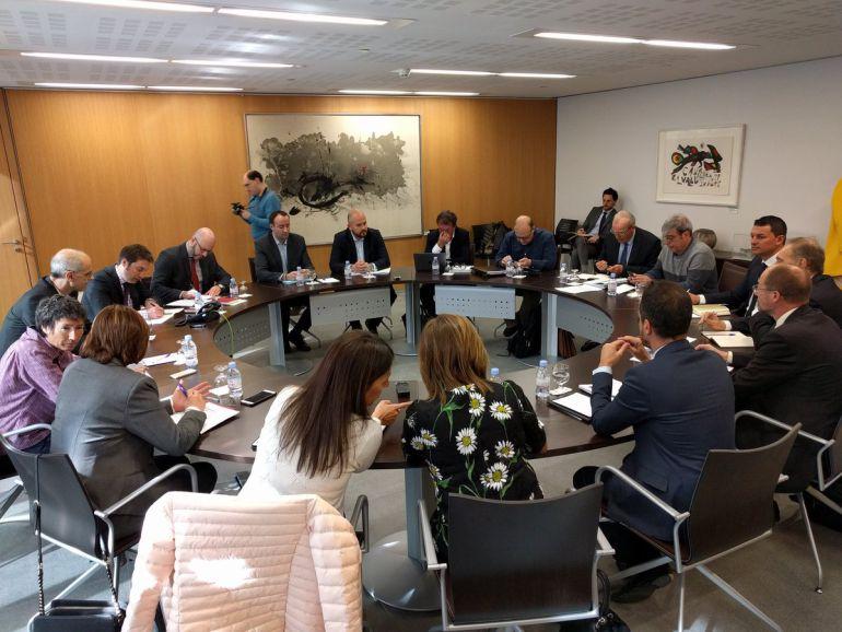 Un moment de la reunió amb el Govern, comuns i grups parlamentaris al Consell General.