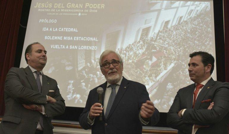 De izquierda a derecha, Félix Ríos, hermano mayor del Gran Poder, Carlos Colón y Carlos Valera en la presentación de la película de la última salida extraordinaria del Señor