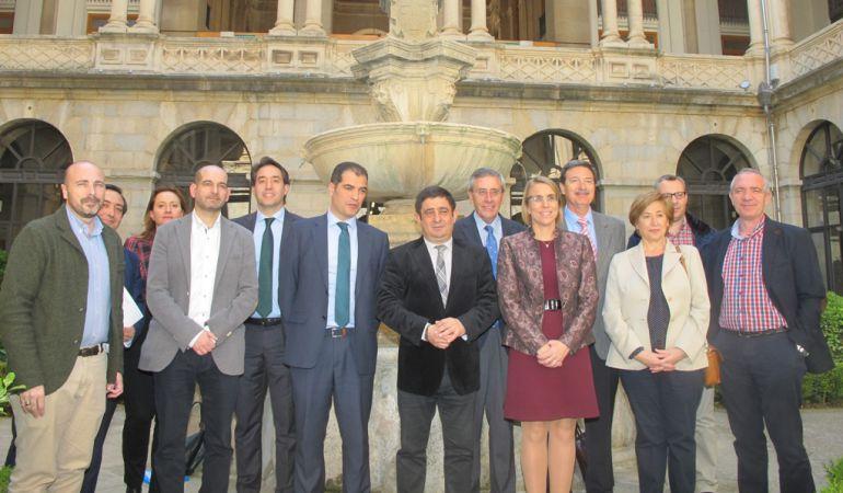 """Foto de familia: Presentación del convenio """"Fundación Estrategias"""" y Cajasur"""