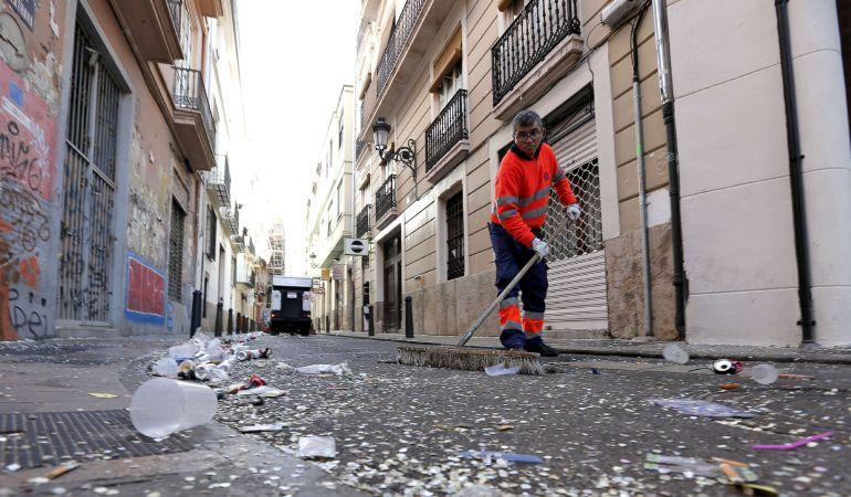 Un operario del servicio de limpieza trabaja en una calle del Barrio del Carmen de Valencia