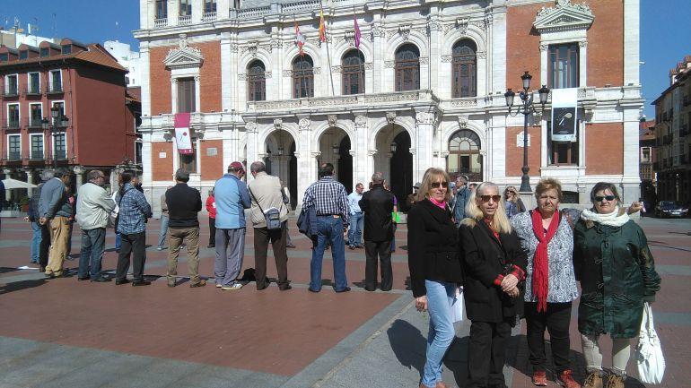 Rosa, Encarnación, Beatriz y Pascual (de izquierda a derecha) en la Plaza Mayor de Valladolid, durante la concentración de Parados en Movimiento