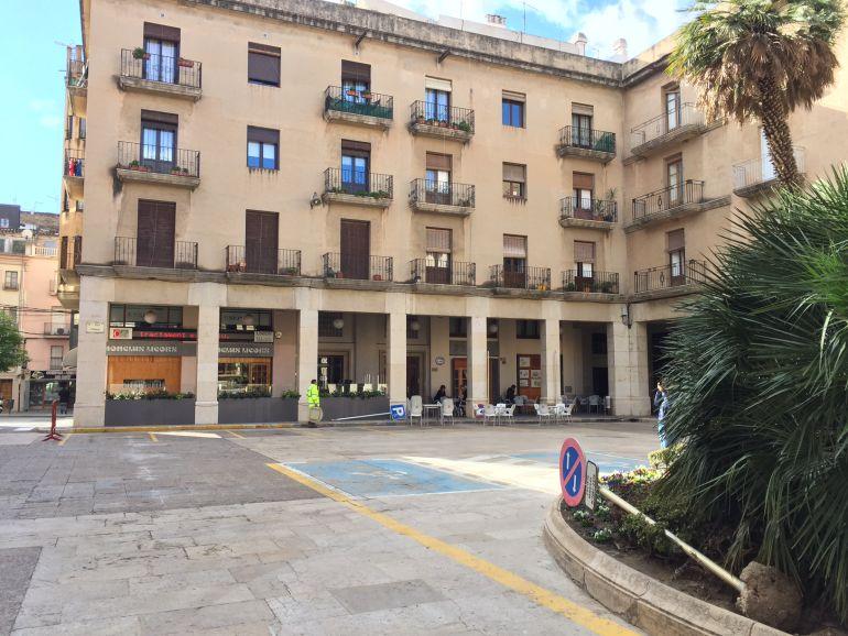 Imatge d'arxiu del desmuntatge de les senyalitzacions d'aparcament de la plaça de l'Ajuntament, ara peatonalitzada.