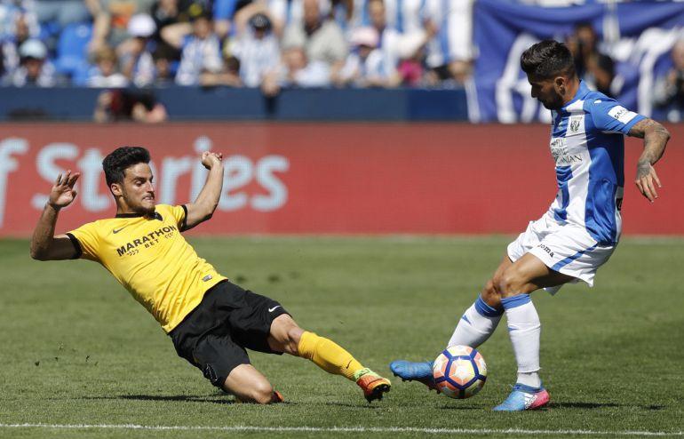Juankar intenta obstaculizar al jugador del Leganés Samuel