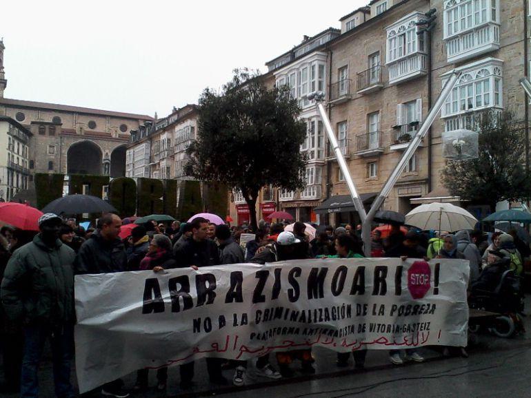 Concentración de la Plataforma Antiracista en Vitoria el 21 de marzo de 2015.