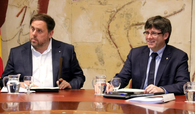 El vicepresidente y consejero de Economía, Oriol Junqueras, y el presidente de la Generalitat, Carles Puigdemont, en una imagen de archivo.