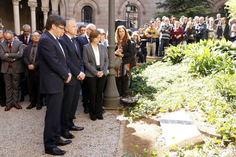 El president de la Generalitat, Carles Puigdemont, i el rector de la UB, Joan Elias, davant la placa commemorativa al jardí Ferran Soldevila a l'Edifici Històric