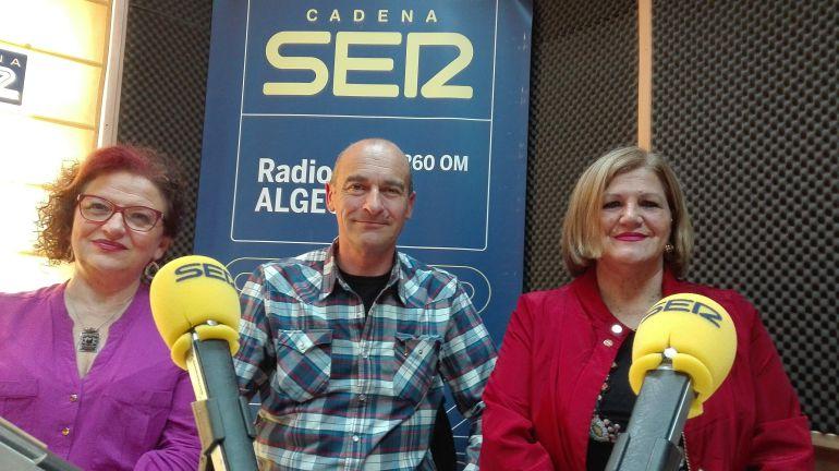 El profesor Ángel Sáez junto a responsables de la Asociación de Alumnos del Aula de Mayores Julia Traducta Victoria Guerrero e Isabel Selva.