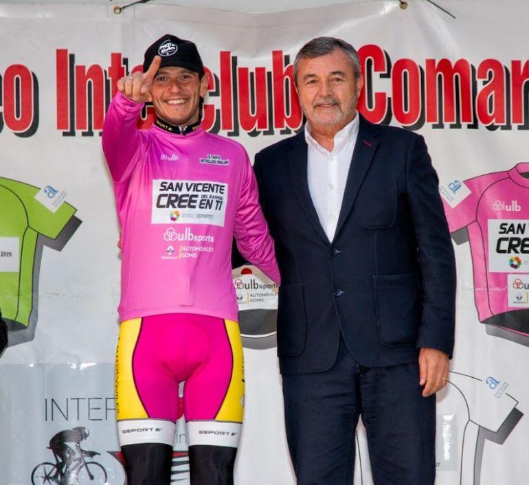 El lider del torneo, Roberto Martínez, con el diputado de Deportes  Pascual Díaz