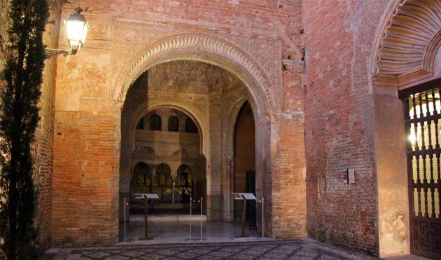 Restos de la antigua iglesia del convento de san Francisco, donde estuvieron enterrados los Reyes Católicos antes de ser trasladados hasta la Capilla Real
