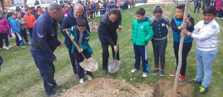 Imagen de la plantación en la que aparecen el Alcalde de Palencia y el concejal de Medio Ambiente