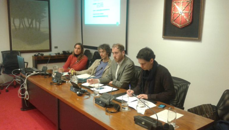 Representantes de la entidad en la sesión de trabajo en el Parlamento de Navarra