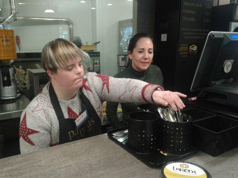 Aintzane atiende a los clientes de la cafetería Pannus en la calle Eslava de Pamplona