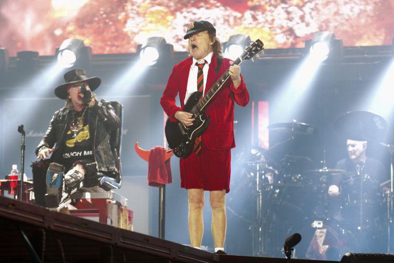 Axl Rose y Angus Young de AC DC durante el concierto en Sevilla