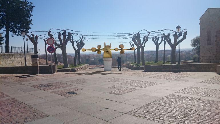 Simulación del emplazamiento de la obra de Coomonte en la Plaza de Cluadio Moyano