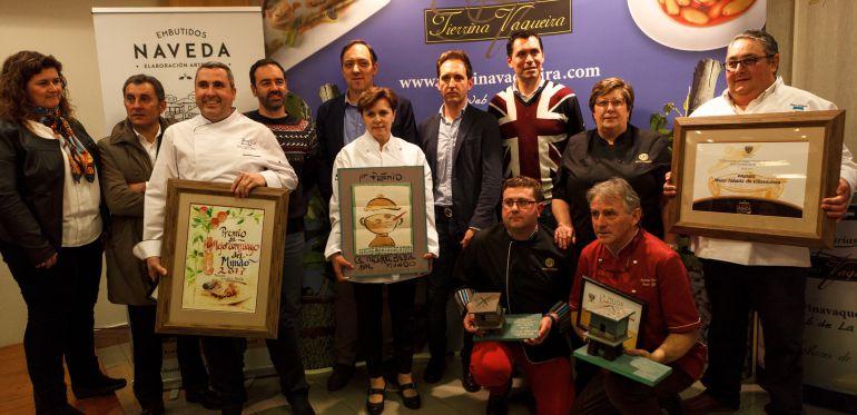 Joaquina Rodríguez, en el centro, con el resto de premiados