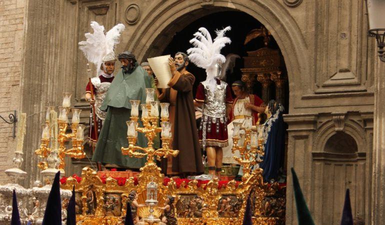 Imagen de la Madrugá del año 2013 cuando el misterio del Señor de la Sentencia, cubierto por un impermeable, retomó su estación de penitencia tras refugiarse en la Anunciación