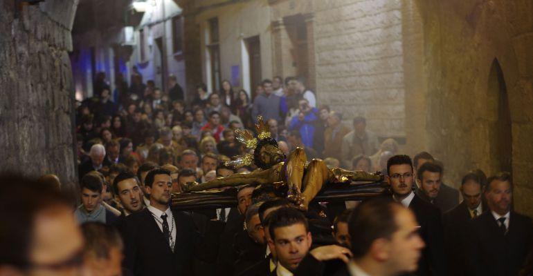 El vía crucis del Cristo de las Misericordias pasa por el Arco de San Lorenzo el año pasado.