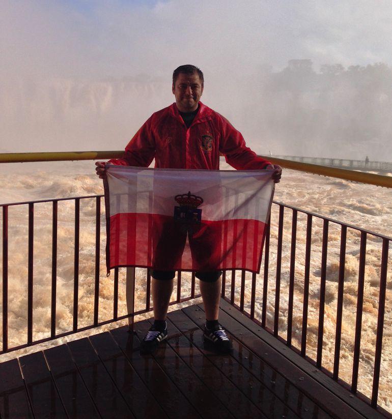 Richard Noya posa con la bandera de Cantabria en las cataratas del Iguazú (Argentina).
