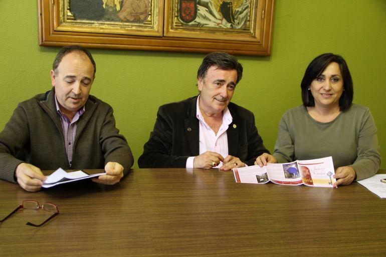 El teniente alcalde, Javier Hernánz, el alcalde de Cuéllar, Jesús García, y la concejal de Turismo,Nuria Fernández, muestran el nuevo folleto de la Judería