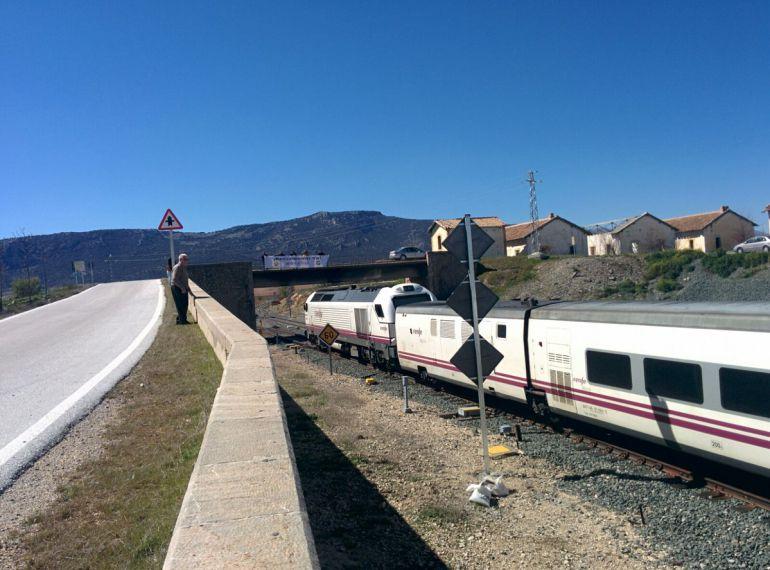 Paso del tren por Moreda.