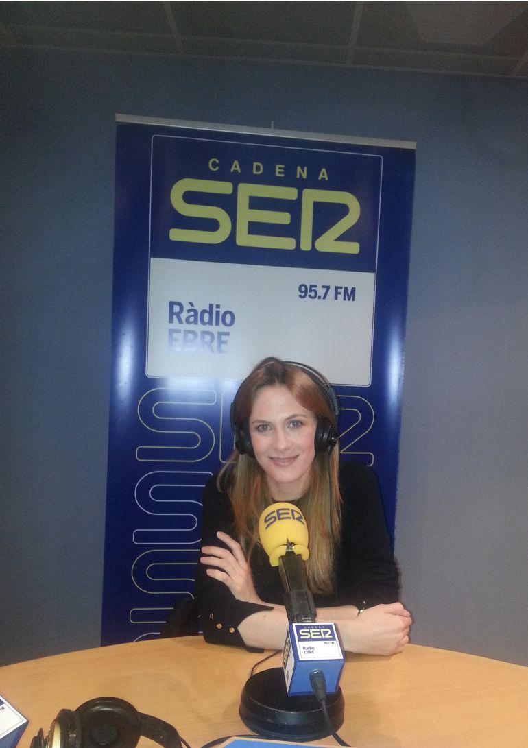 L'actriu Belén Fabra, als estudis de Ràdio Ebre-Cadena SER.