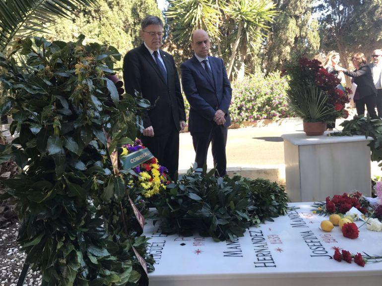 El president de la Generalitat, Ximo Puig, y el alcalde de Alicante, Gabriel Echávarri, visitan la tumba de Miguel Hernández en el cementerio de Alicante