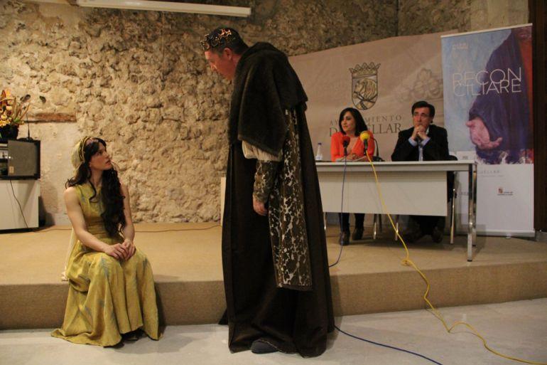 El alcalde de Cuéllar y la concejal de Turismo presencian un momento de la representación histórica teatral durante la presentación del Plan Turistico