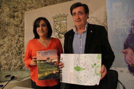 La concejal de Turismo, Nuria Fernández; y el alcalde de Cuéllar, Jesús García muestran el plano y uno de los paquetes diseñados con motivo de Las Edades del Hombre