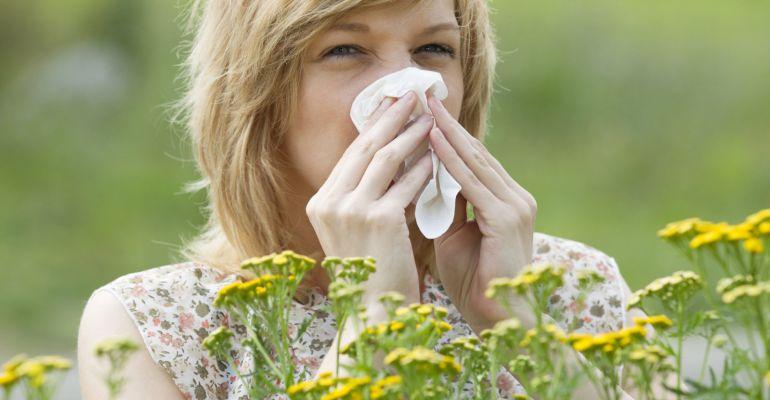 Una mujer afectada por la alergia primaveral.