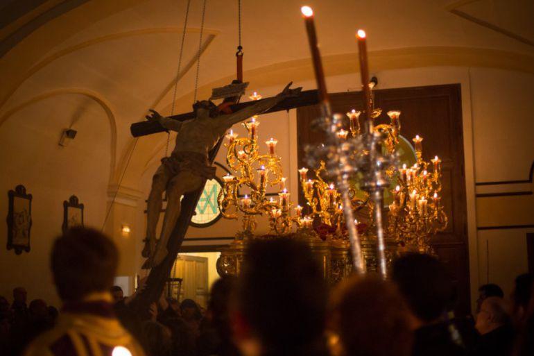 La subida del Cristo de la Expiración a su paso es uno de los actos más significativos y concurridos del Domingo de Pasión en Granada