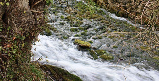 El agua marca el camino en Huerta del Marquesado.