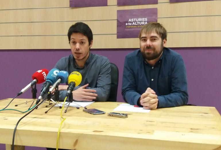 El diputado nacional de PODEMOS,  Segundo González, y el secretario general y diputado de PODEMOS Asturias en la rueda de prensa en la que anunciarion la desestimación de la demanda de F.A.Cascos contra el primero.