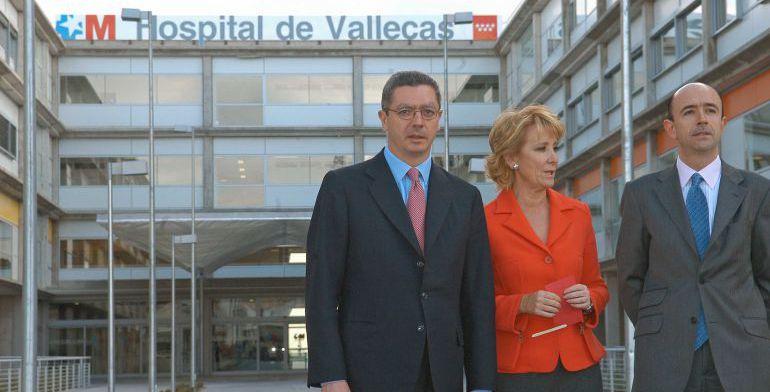 Alberto Ruiz Gallardón y Esperanza Aguirre frente al hospital de Vallecas, junto al exconsejero de Sanidad, Manuel Lamela