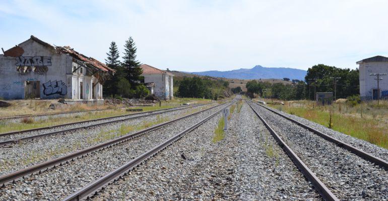 Vías y antigua estación de tren de Buitrago del Lozoya