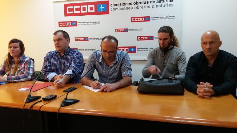 Miembros del comité de empresa de CAPSA junto con los secretarios generales de SOMA Fitag Ugt, José Luis Alperi y de CCOO de Industria, Damián Manzano.