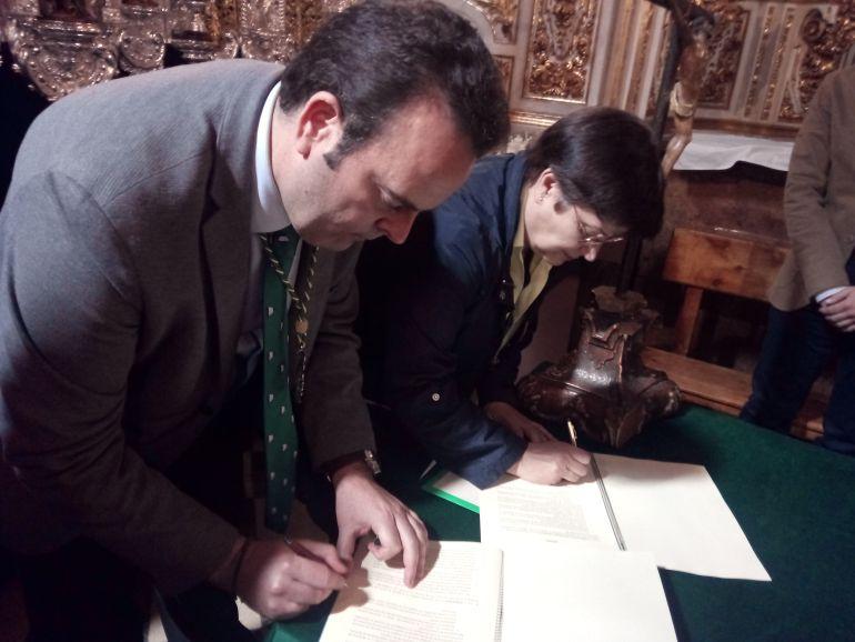 El hermano mayor de La Esperanza, Francisco Millán, firma el convenio junto a los representantes de la Fundación Amaranta