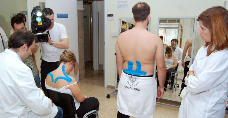 Dos costaleros durante una visita al fisioterapeuta.