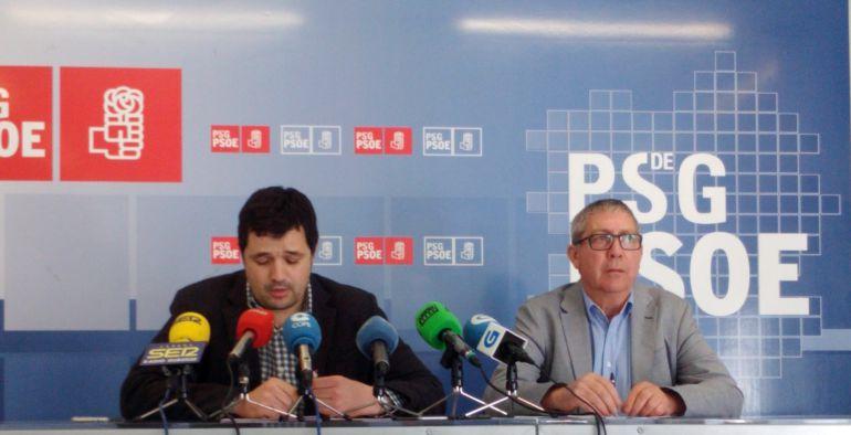 El portavoz provincial socialista, Francisco Fraga, y el diputado Vicente Gómez, esta mañana en rueda de prensa