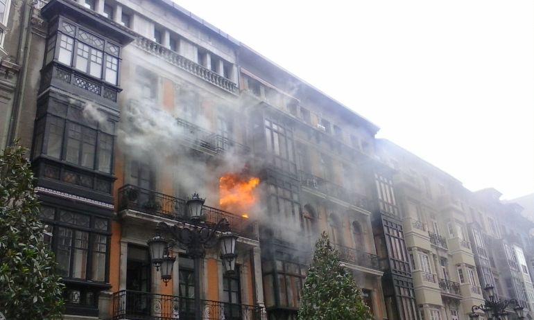 Primeros momentos del Incendio de Uría 58 en Oviedo (7 de abril de 2016).