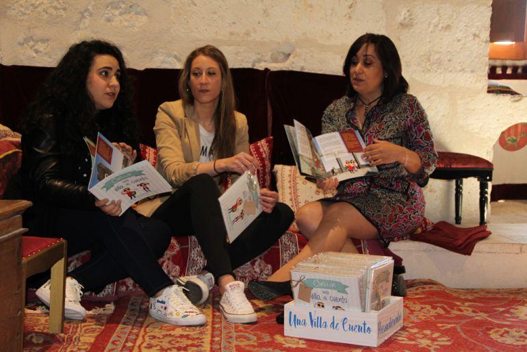 Cristina Pascual y Chantal Nuñez, presentan 'Cuéllar una villa de cuento' junto con la concejal de Turismo, Nuria Fernández