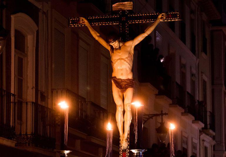 El Cristo de la Misericordia, que procesiona en la madrugada del Viernes Santo, sale tradicionalmente a oscuras